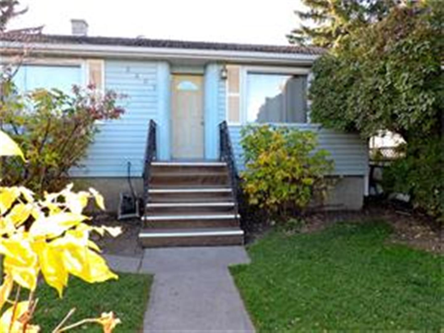 NEWLY RENOVATED BUNGALOW JUST OFF CENTRE ST FOR RENT!