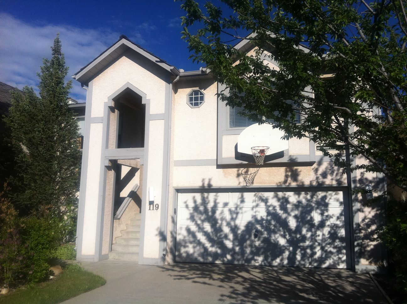 Spacious well-maintained 6 bdrms Estate home in Strathcona Park!