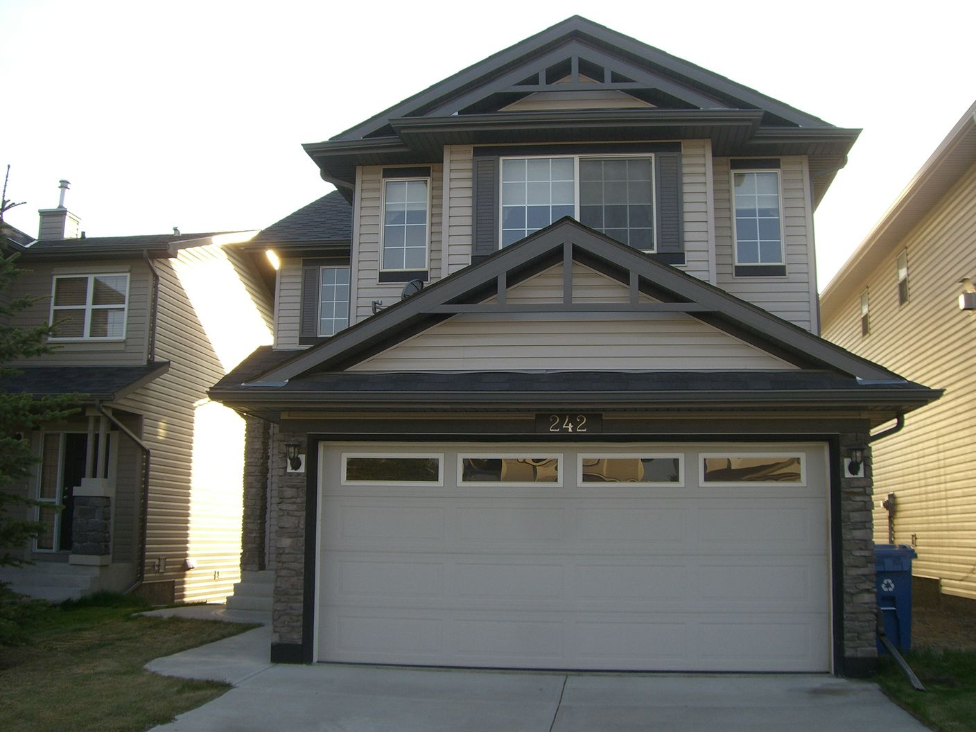 Approximately 2000 sqft 3 bdrms spacious 2 storey home in Panorama!