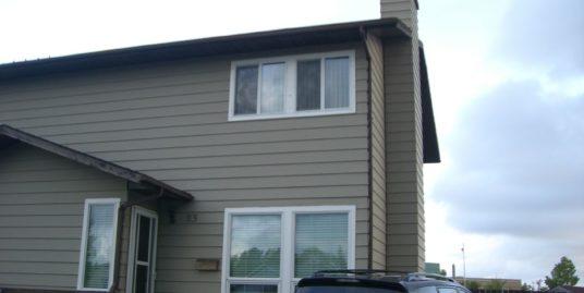 Excellent condition 1600 sqft duplex located in Castleridge!